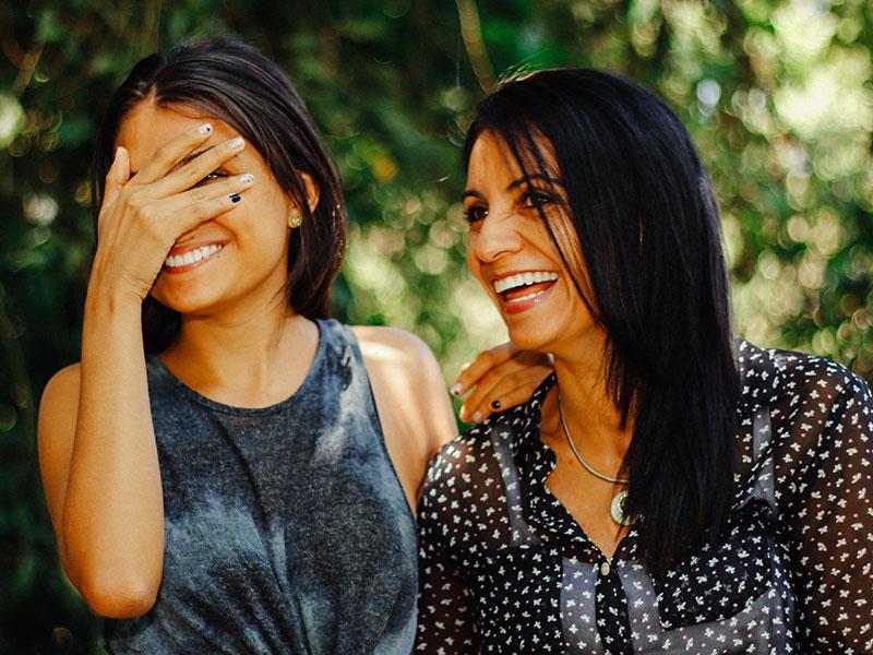 Salir después de los 50 años: ¿Están sus hijos molestos con su vida social?